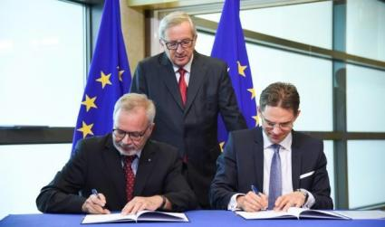 EFSI Unterzeichnung: Von lnks nach rechts: Werner Hoyer, President of the EIB, Jean-Claude Juncker, President of the European Commission, Jyrki Katainen, EC Vice-President